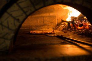 pizza pieczona w tradycyjnym piecu