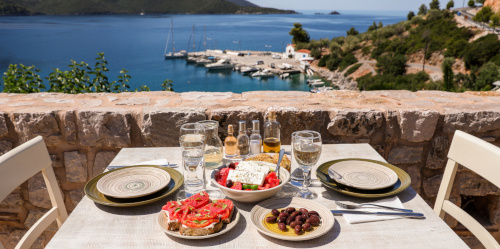 sniadanie na tarasie z widokiem na morze