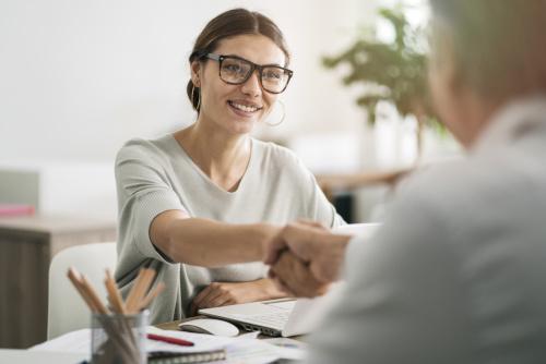 kobieta przeprowadzajaca rozmowe kwalifikacyjna