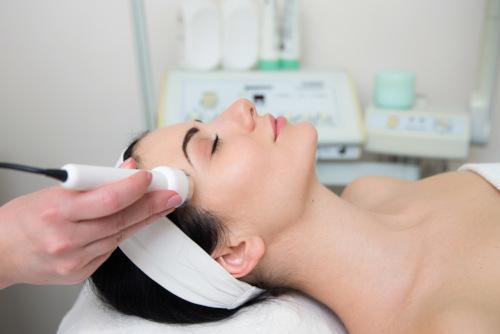 zabiegi na twarz wykonywane kobiecie w salonie kosmetycznym