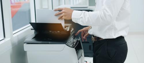 mężczyzna drukujący dokumenty
