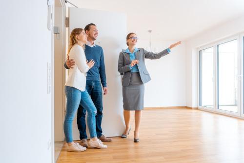 para zwiedzająca mieszkanie z pośrednikeim nieruchomości